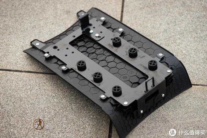 电池仓盖板高强度塑料配合金属结构框架,盖上之后基本能算是严丝合缝,应该具备不错的防撬能力。