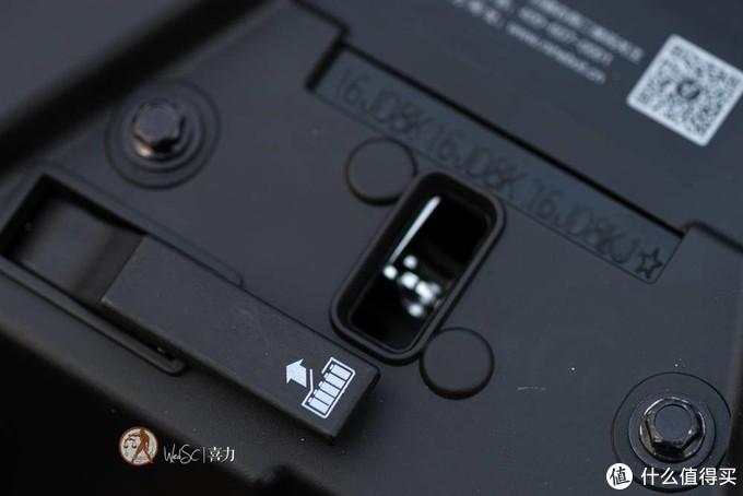 电池仓开关拨杆上的标识很形象的说。