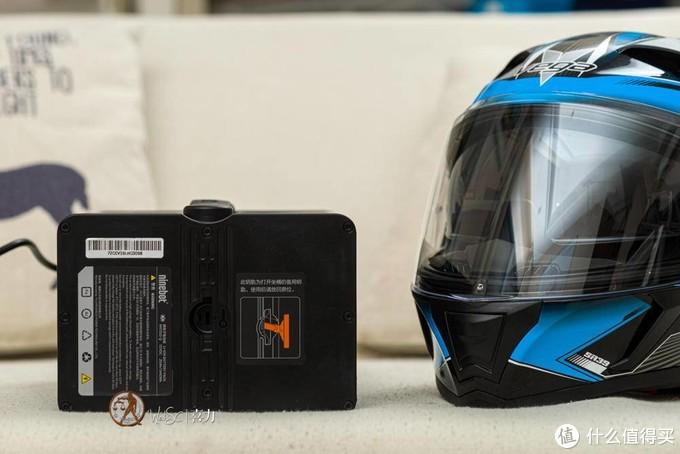 头盔在E100的电池包旁边的样纸
