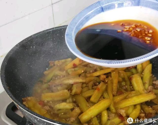 茄子这样做比肉香,平时一碗饭,现在吃五碗,好吃的关键是那碗汁