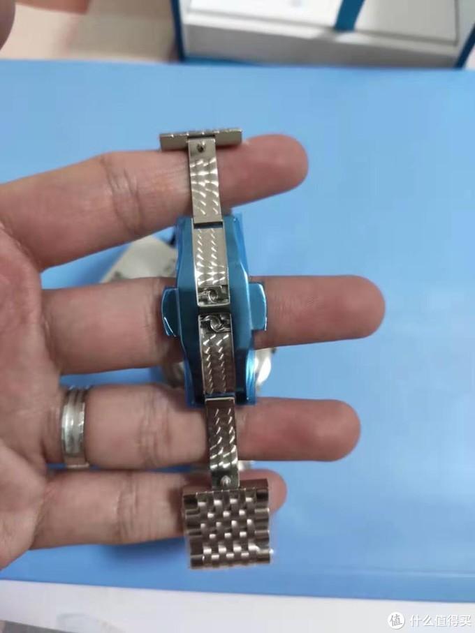 经过打磨的表扣,布满了均匀的鱼鳞纹