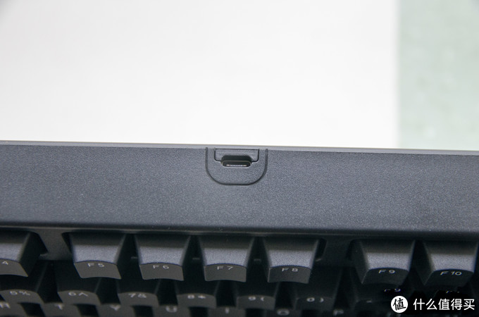用的是typec 接口,目前来看通用性还是不错的,和笔记本的接口一样,可以少带一根充电线。