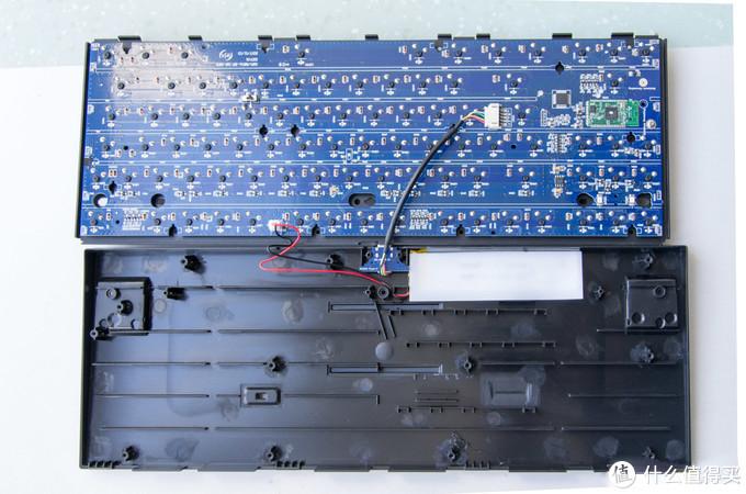 PCB板颜色很漂亮,灯脚的位置预留了焊锡,喜欢加灯的朋友可以自己上了。