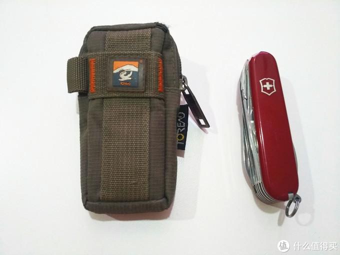 原装的皮套挺贵的,没舍得买,后期选了一个探路者的小包,正好能装进去