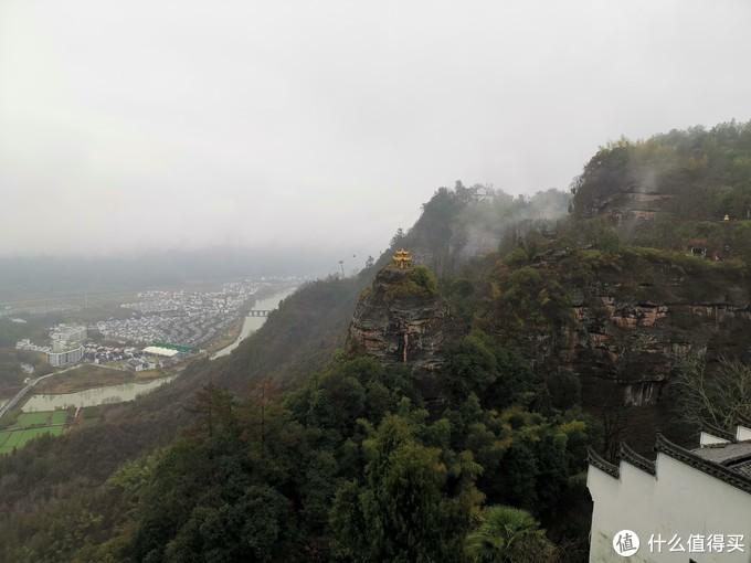 再到民宿门口,又见香炉峰,云雾散去,露出山下村庄,还能看见运行中的缆车