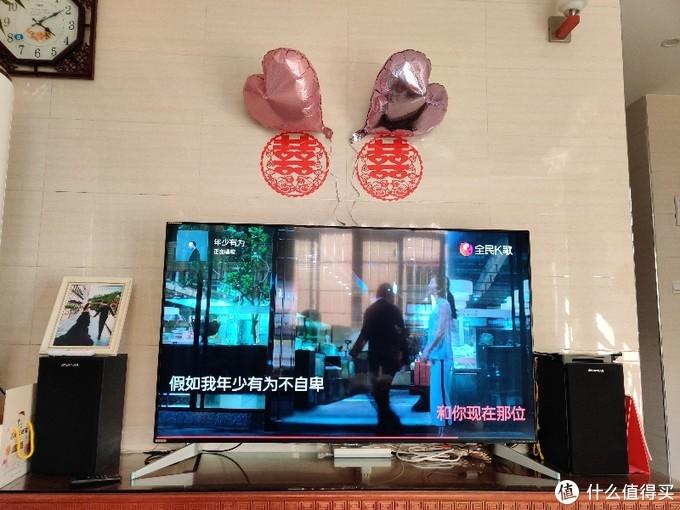安装在电视两旁。