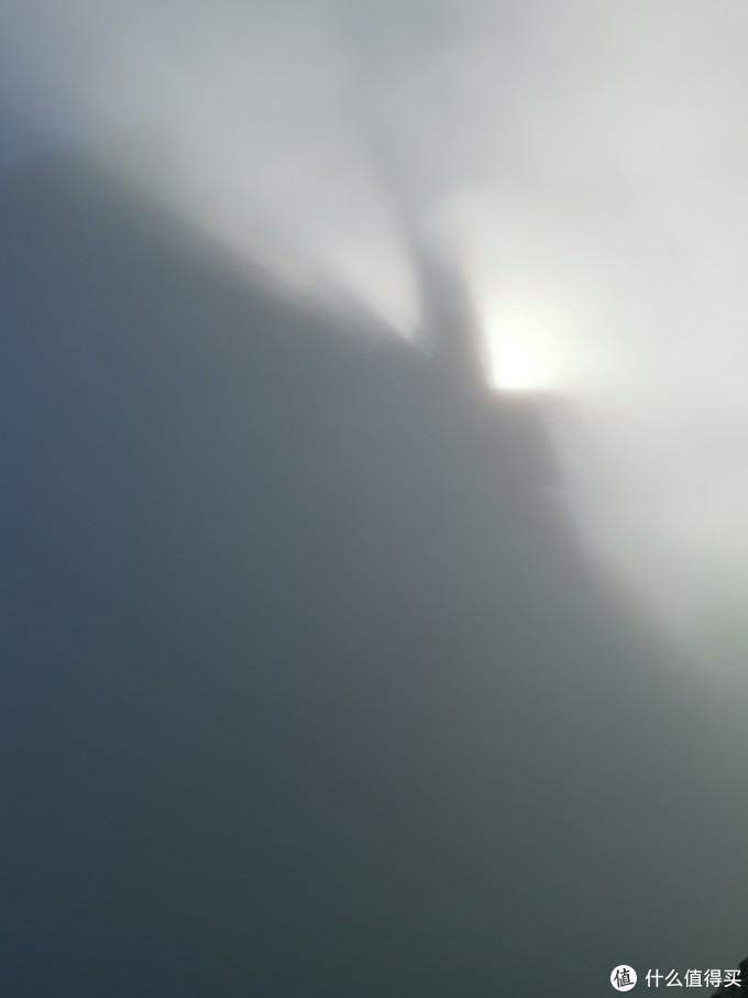 闷头爬山吧,莲花峰是不要指望了,百步云梯还是需要全神贯注的。猛然一抬头,发现了期待已久的太阳居然是这样的。好吧,远处应该有个山,想象即可。