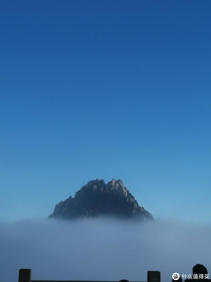 接着闷头爬山,突然一阵惊叹,抬头一看,一阵云雾散去,露出了远处的莲花峰,大家赶紧驻足拍照。一会功夫,云雾上来,又是啥也没有了,玄妙。