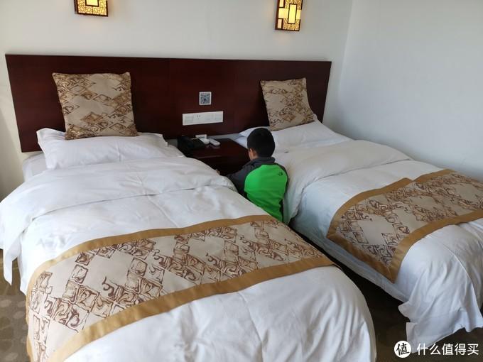 光明顶山庄景观房内部照片,床不大,和小朋友需要挤一挤,但是暖气、洗浴样样给力,毕竟是山顶住宿,节俭优先