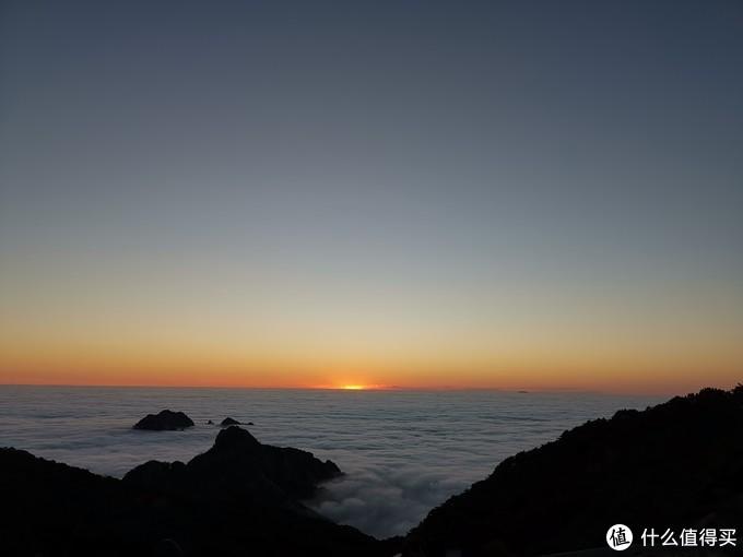 太阳下山,前后大概也就十分钟左右,很快愉快的一天又将过去了。太阳落山后,山顶比较寒冷,酒店的房间是有御寒用的厚衣服的。