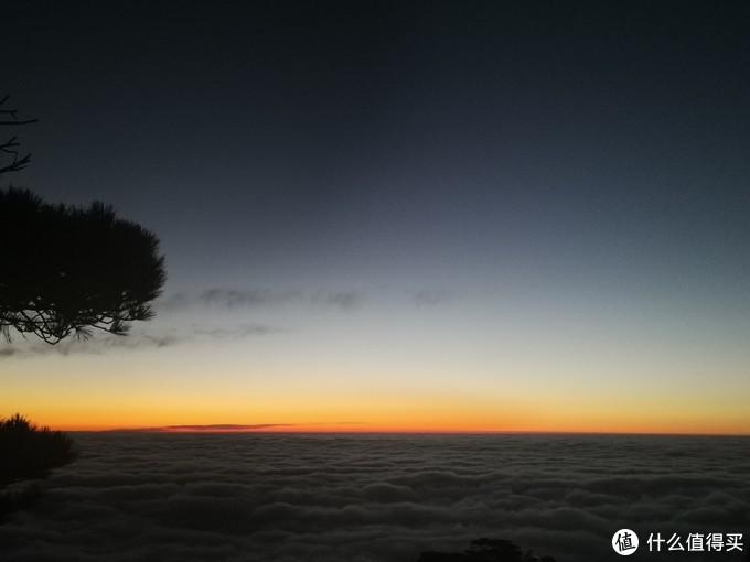 六点半的炼丹峰,前面已经有一排资深摄影爱好者,长枪短炮,对准了同一个方向。我就找块小石头,带上帽子,静静地等待云海中的日出。