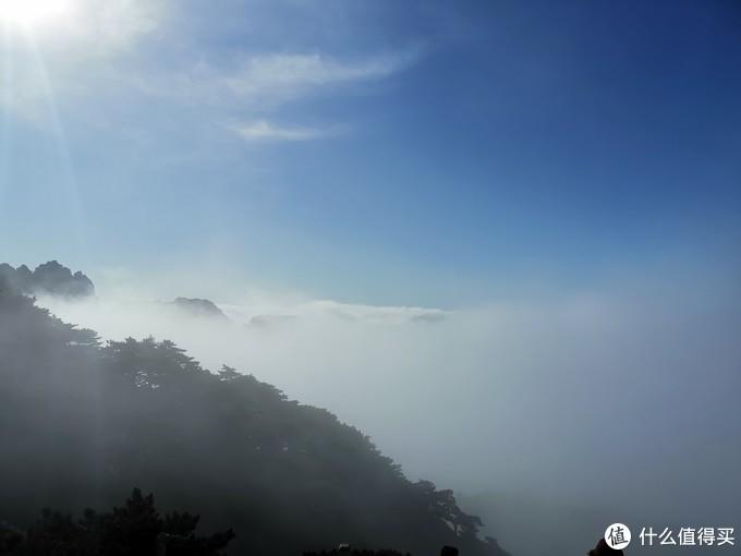 下山没走几步,云就淹过了脖子,当然云是飘忽不定的