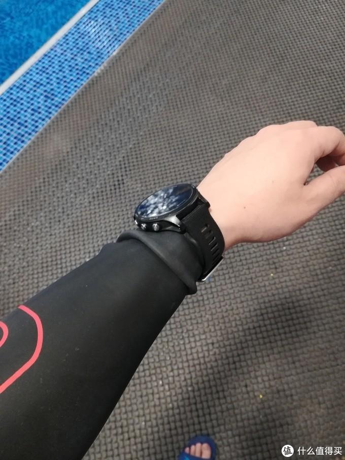 刚带上手表时胶衣的褶皱