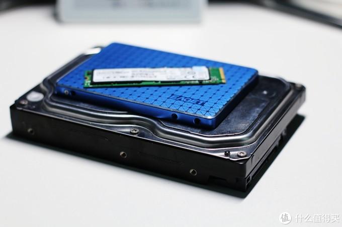 3.5寸机械硬盘与2.5寸固态硬盘,M.2固态硬盘的体积对比