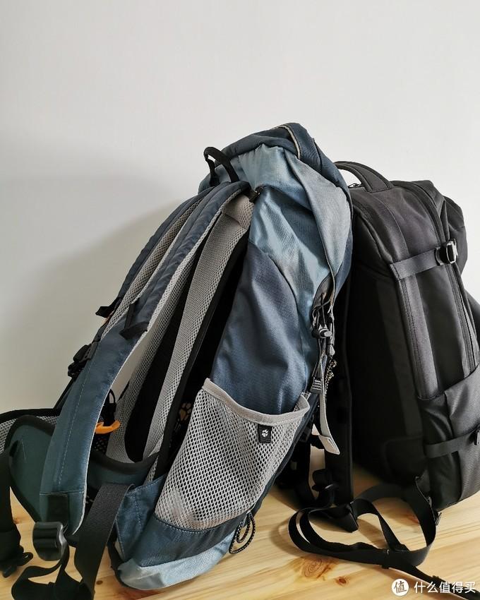 老款背包侧面有专门的手杖搭载区域