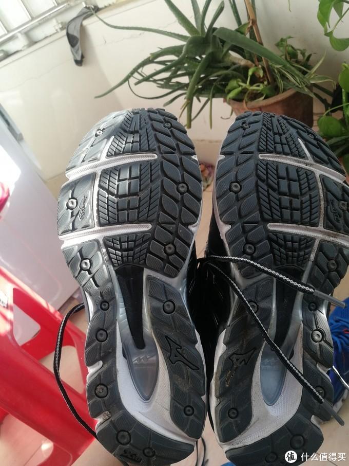 这鞋底,跟上一双完全不是一个风格