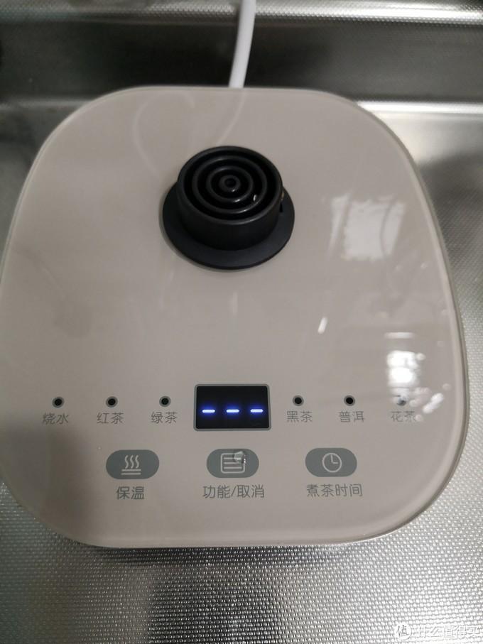 钢化玻璃表面的底座,触摸按钮,蓝色数码管、LED显示(估计是白色+蓝玻璃)6种功能,每种功能的保温温度和煮茶时间也都可以单独设定,保温温度5℃为一个档位,内置蜂鸣器,按键、壶放上去和拿开的时候会有提示音。