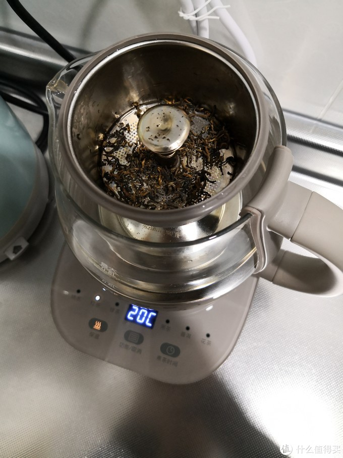 茶叶直接放到茶漏里面,水没烧开之前,这里面是干的~整个喷淋器和茶漏都是304不锈钢,还配有硅胶垫,硅胶都可以拆下来清洗。烧水的时候温度实时显示。