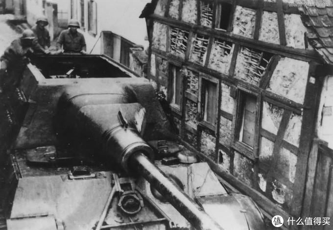 美军士兵检查653营的224号猎虎,该车被车组自毁。1945年,德国英戈尔海姆