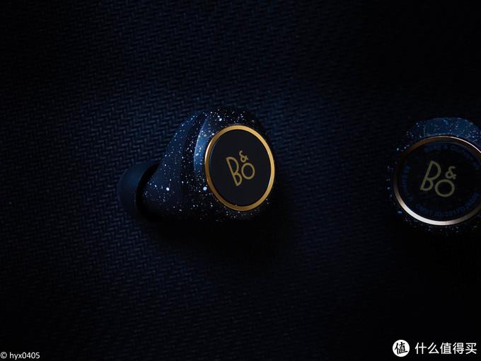 E8双耳外侧的按键均为触控式,轻触即可完成相应功能