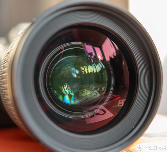 这只镜头采用了12组17片的光学结构,其中包括3片非球面镜片和3片SLD特殊低色散镜片,用料可以说是很奢侈了。