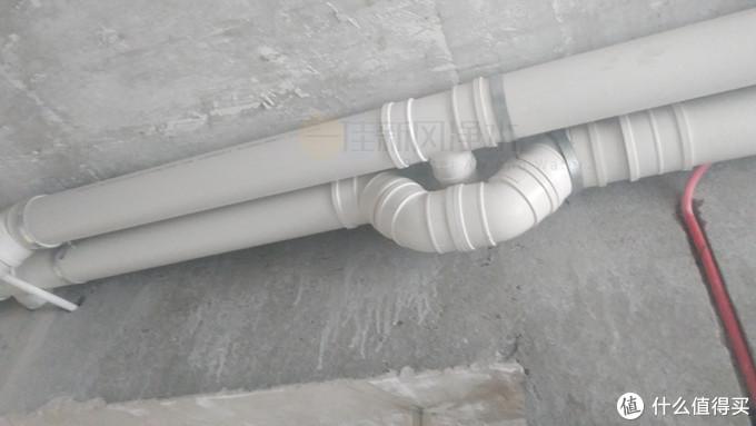 PVC的实际安装图,两根主管道。到每个房间后用一个三通卸下一路风。