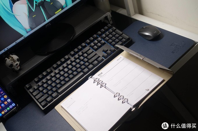 80cm宽的卧室一角,打造平价办公影音游戏一体桌面