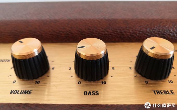 三个阻尼非常细腻的旋钮,分别是音量,低音,高音