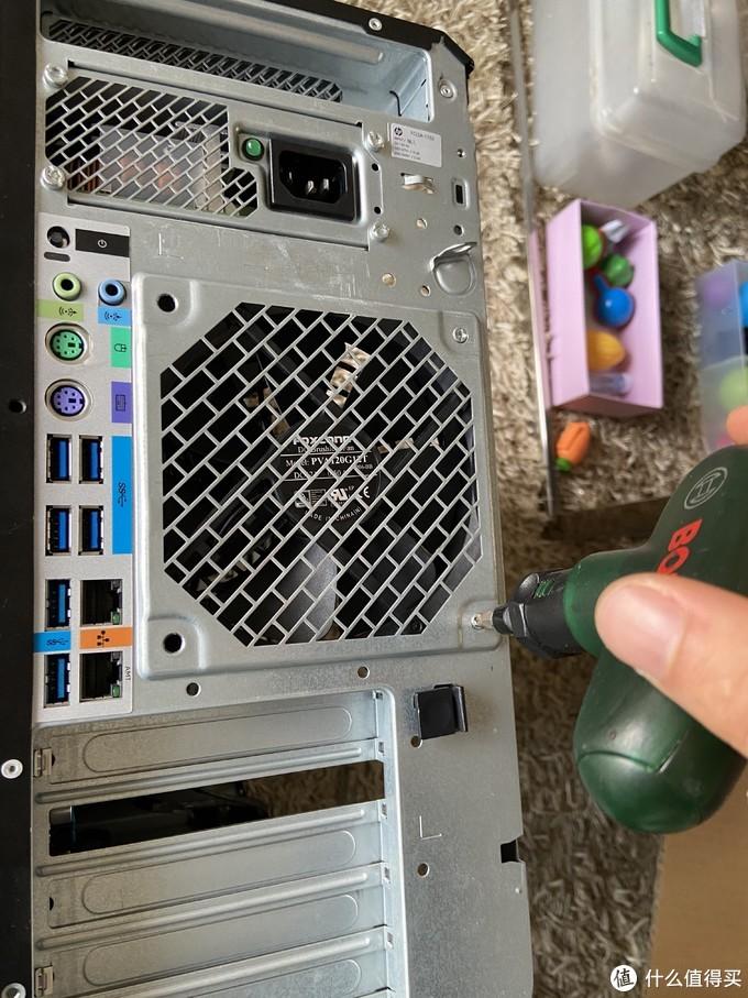 中间12cm的风扇作为出风口,6个usb3.1 gen1,两个千兆口,其中一个支持amt,也就是gen8那种的网页客户端访问吧。背面其实还有一个主板自带的开关键和故障指示灯,pci挡板条是6根。要拆下主板的话需要先拆掉这个风扇。