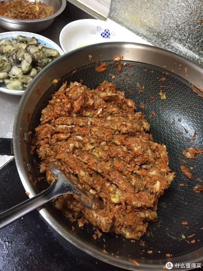 头一次做胡萝卜馅的水饺,老公家的习惯,我们从前都是韭菜鸡蛋的。