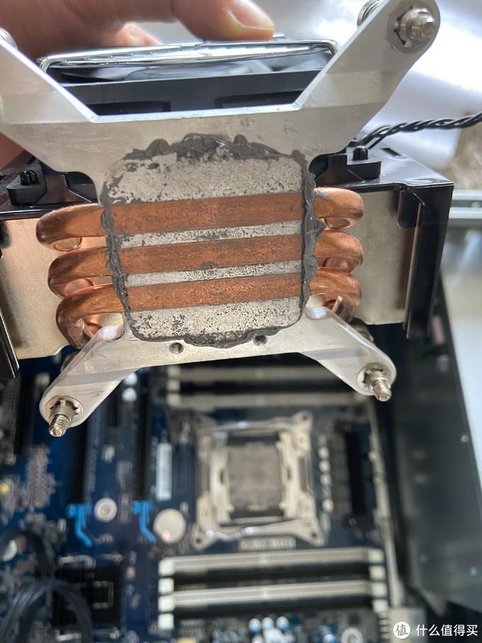 散热器采用了散热管的鳍片塔式侧吹设计(这么说不知道对不对还是我自己创造了词汇),虽然是三热管,但还是比较粗,配合良好的风道,压个140w还是没问题的吧,这里也引出了我另一个疑问,能否将其替换成前段时间捡便宜买的利明as120呢。