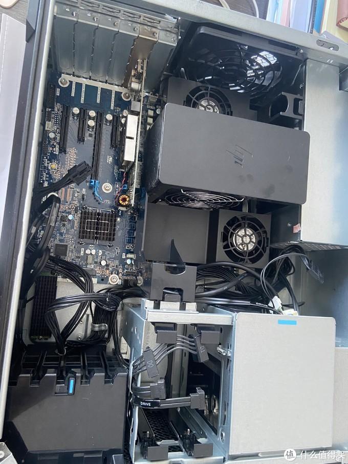 这个罩子是通过两个插槽卡扣固定的,按进去后提起就可以了。