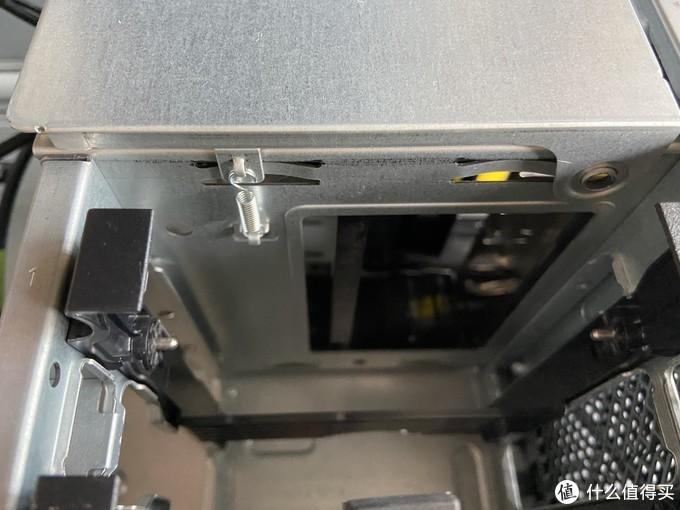 两个3.5硬盘位,自带滑轨的硬盘架,上面这个弹簧的就是前置面板及光驱的固定机关,只要盖板稍微往上提。