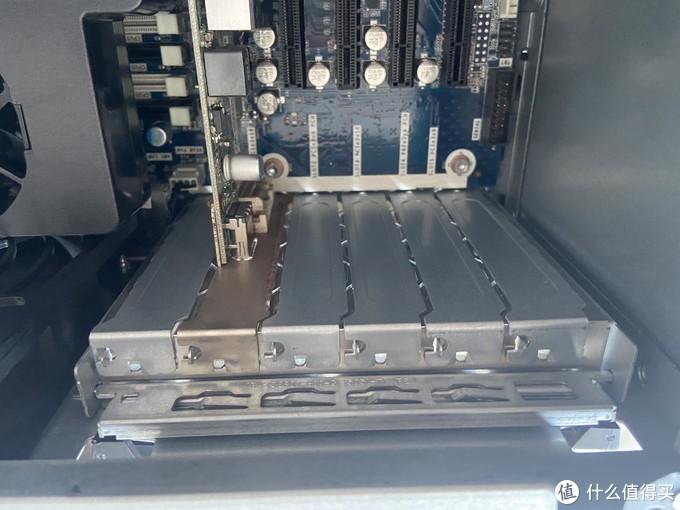 锈迹斑斑的上个世纪的亮机卡,优点是带dvi和dp接口,拔掉绝对能性能提升50%-3000%。