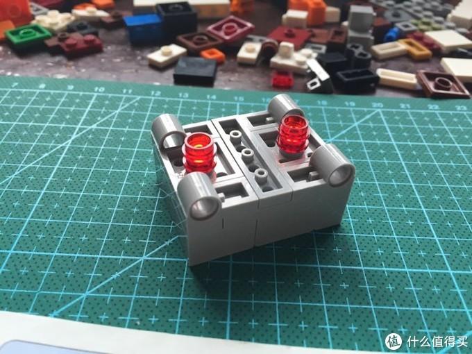 底部的红灯似的零件是用来固定在轨道之间的