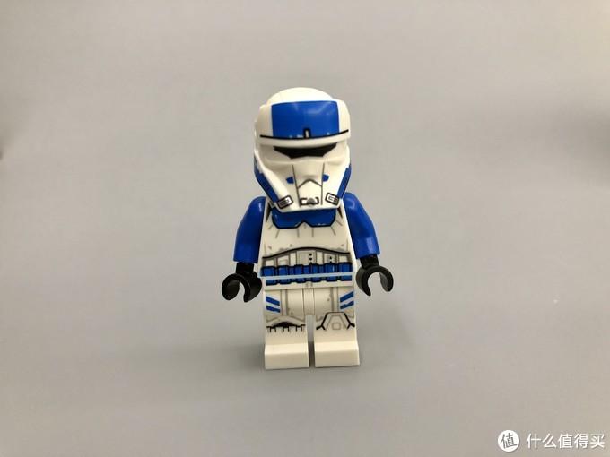 还有一个就是帝国运输机驾驶员,涂装上接近于501军团,但是头盔更接近于海岸士兵的造型