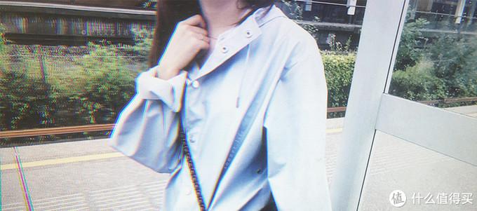 品牌是Rains,颜色ice grey,他们的背包也很有辨识度。其实北欧类似的牌子有很多。