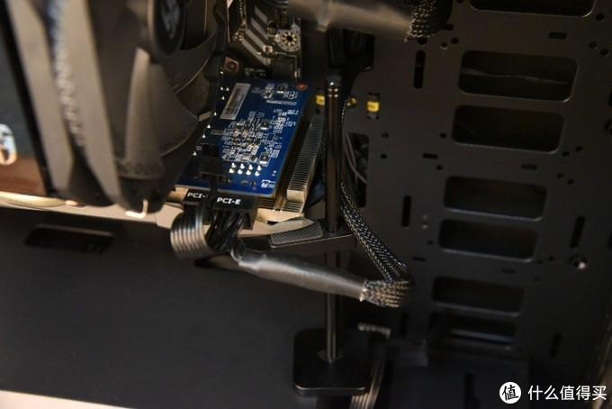显卡独立供电线特写,显卡供电线一定程度上也能起到支撑固定的作用,当然有个显卡支架的依托能更好的支撑住两者。这样长期使用起来也不会导致显卡的PCB变形而产生一系列的问题。
