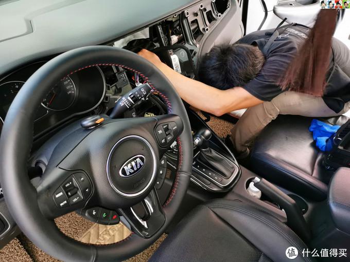 从副驾驶手套箱下面穿出来。