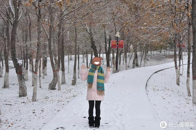 这张照片是在新疆石河子拍的,衣服是阿依莲的羽绒服,被同事笑称知青下乡,雪地靴是跟男朋友去上海七浦路淘的,穿这一身在新疆不觉得冷。