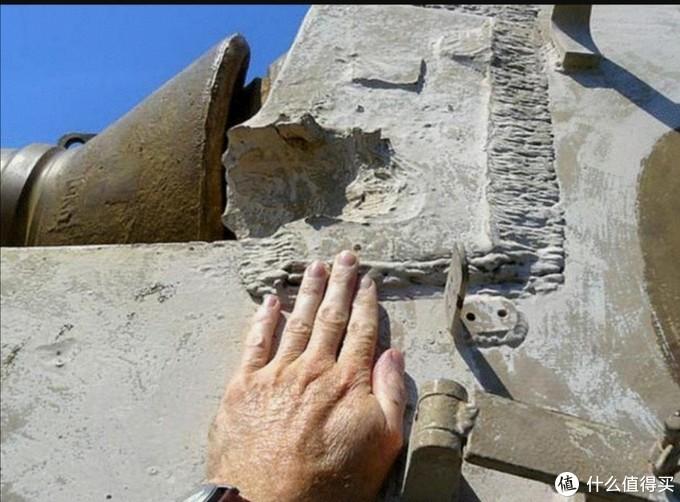 实车的战斗室正面装甲厚度。弹痕是美军试验时跳弹留下的痕迹