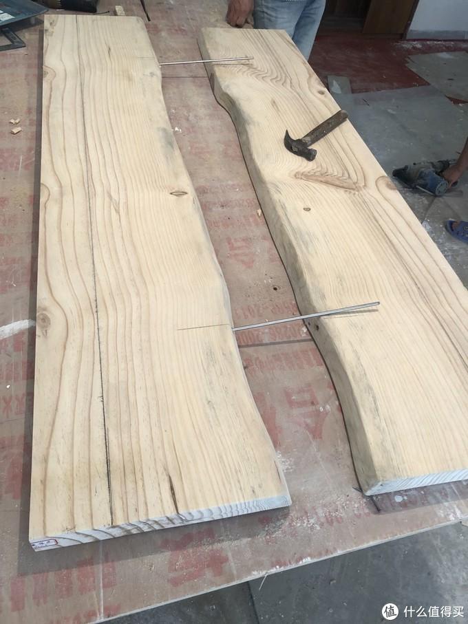 原木板从中切开,将自然边置于中间浇环氧树脂