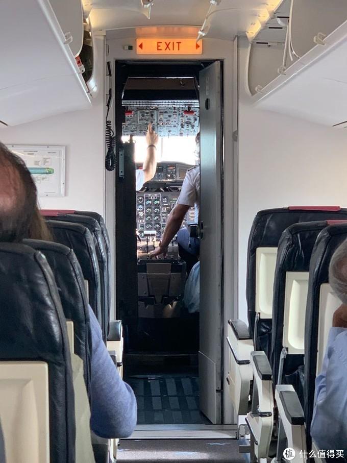 飞往岛上的飞机都是这种很小而且很老的,能看见仪表盘吗?