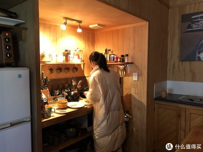 屋里KIKI小姐姐在给我们制作早餐