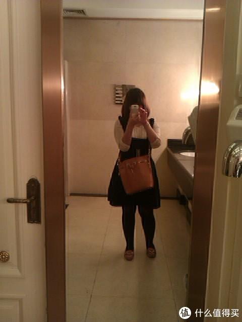 卓雅背带裙+真丝衬衣+喜力水桶包