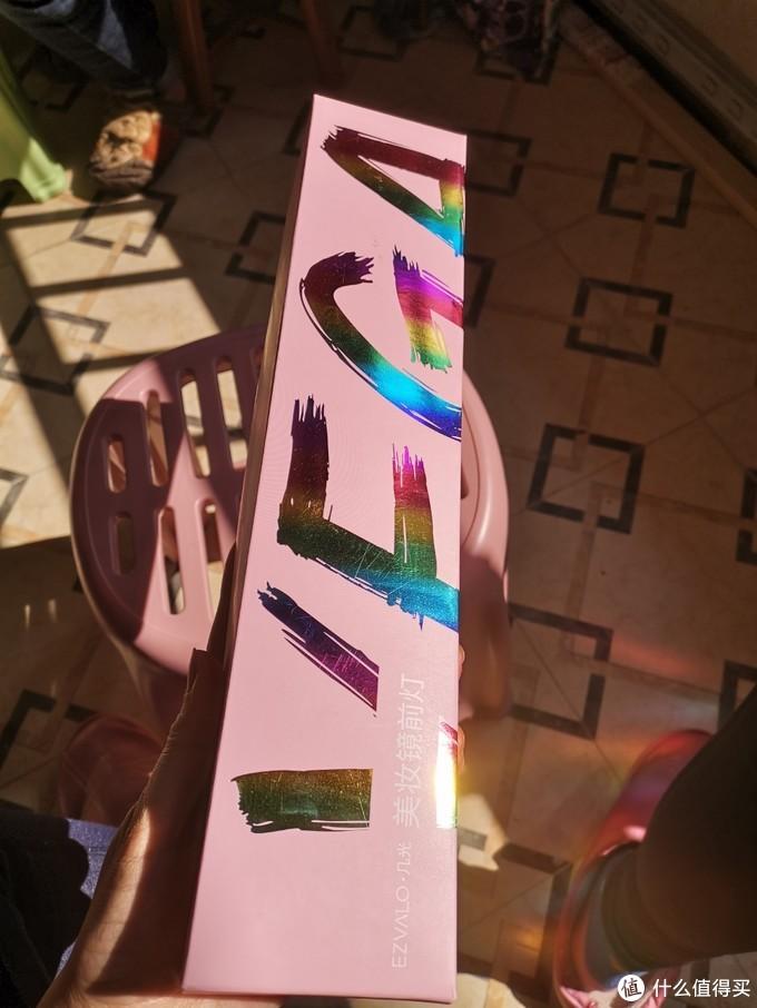 纸盒在阳光下熠熠生辉