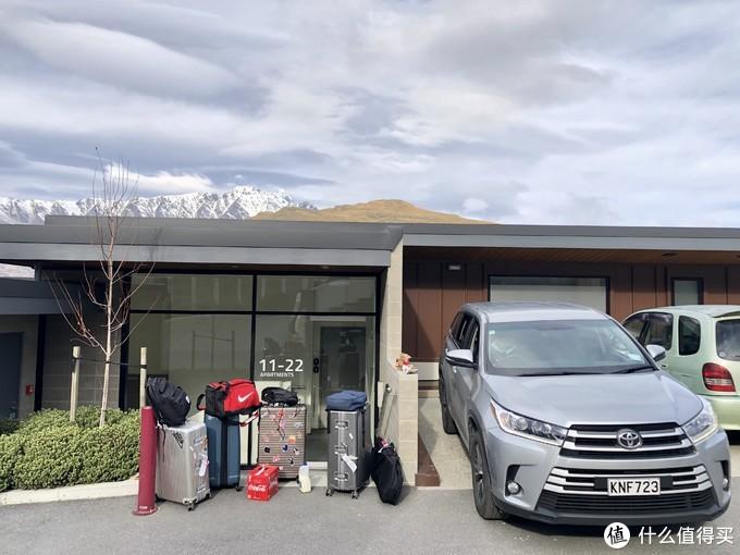 回屋下行李,雪山湖景公寓