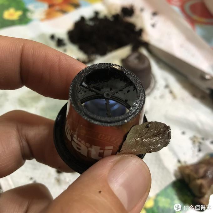 拆解胶囊,两头用铝箔纸封口,唯一一个胶囊内部有加强支撑