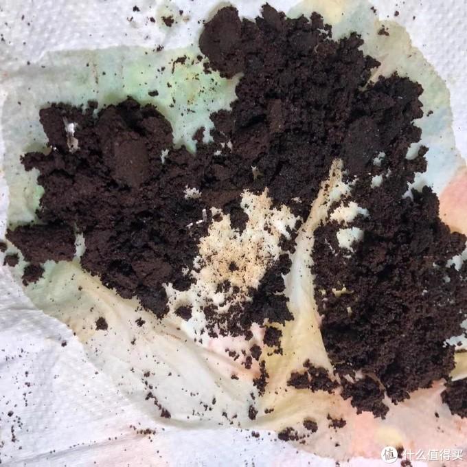 倒出来的咖啡渣的照片