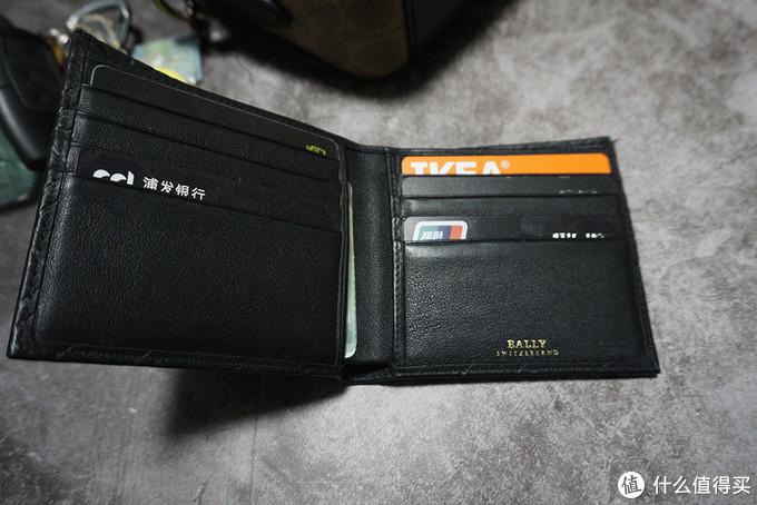 钱包是几年前老婆送的,使用场景是在是不多。钱包里卡也不多,钱也不多。但是质感真的是很不错,皮质很细腻,估计几年也用不坏了。